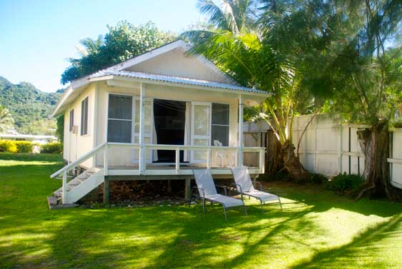 Kuriri is a cute one bedroom home at the southern end of Muri beach
