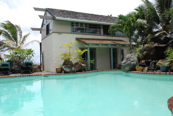 the cottage enjoys the swimming pool with the Villa